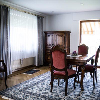Das frisch renovierte Esszimmer mit der klassisch weißen Clipso Gewebespanndecke