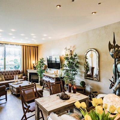 Eigentumswohnung Schengen - Wohnzimmer nachher - Wandgestaltung eleganter Putz - Designfußboden - Spanndecke und Beleuchtungskonzept