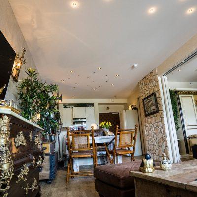 Eigentumswohnung Schengen - Wohnzimmer und Küche nachher - Wandgestaltung eleganter Putz - Designfußboden - Spanndecke und Beleuchtungskonzept