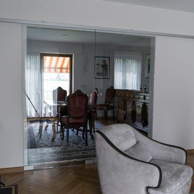 Elegante Glasschiebetüren als Raumtrennung