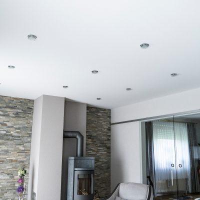 Kaminwand und Spanndecke im Wohnzimmer nach den Renovierungen