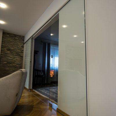 Maßgefertigte Glasschiebetüren als Raumtrennung