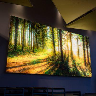 Maßgefertigtes Wandbild - klare Farbgestaltung an den Wänden und Dreiecks-Deckensegel schaffen die perfekte Ruhelounge