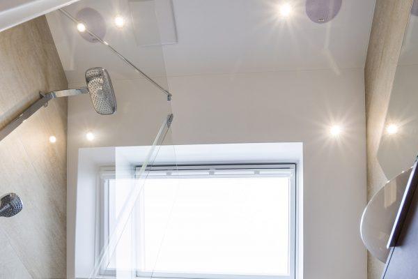 Spanndecke mit Beleuchtungs im kleinen Badezimmer