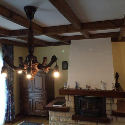Wohnzimmerdecke und Kaminwand vor den Renovierungen